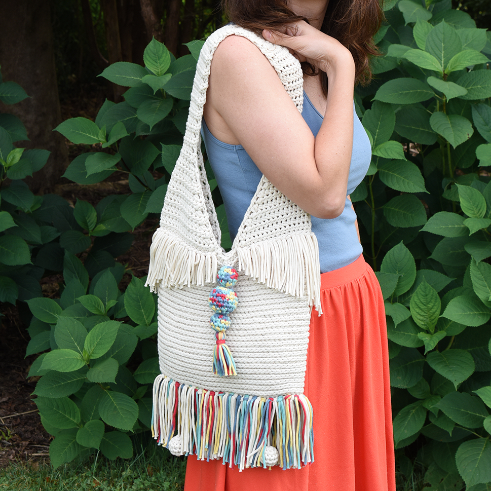 Woman carrying the Super Sunny crochet tote.